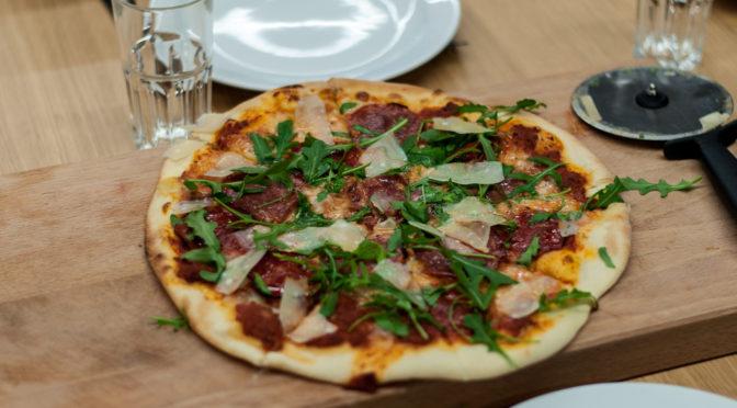 Italiensk pizza fra bunden